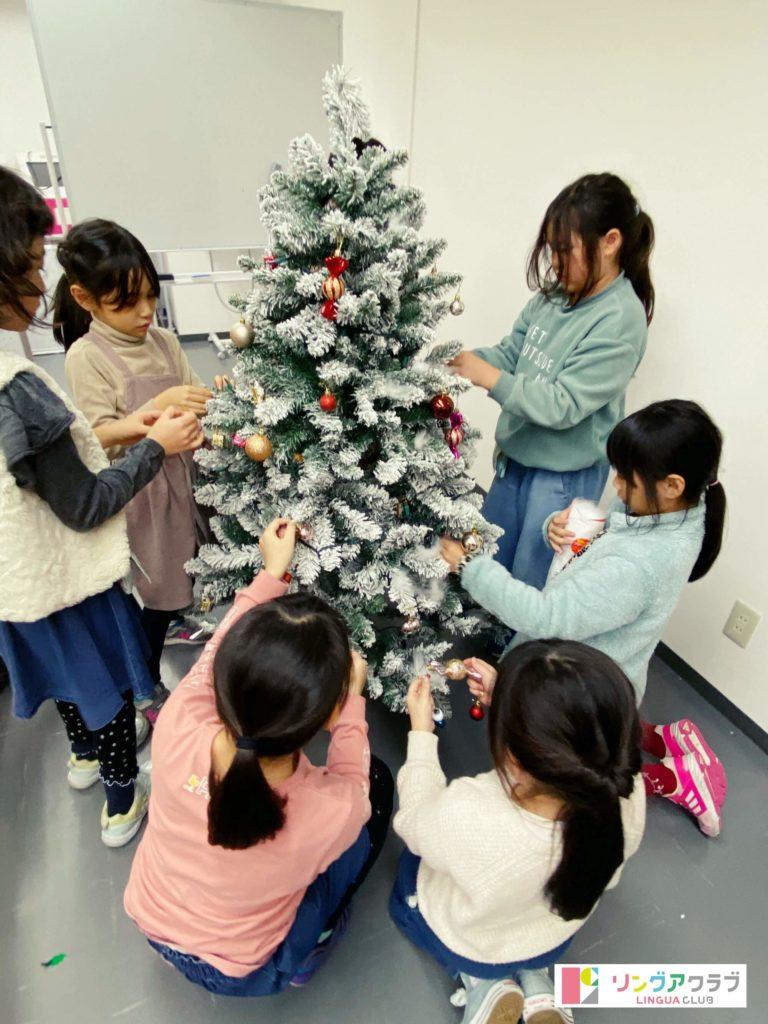サンクスギビングパーティー(3)クリスマスツリーの飾り付け中